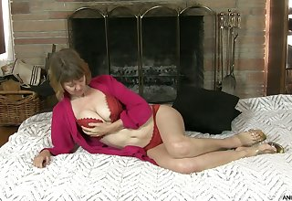 Cougar Jamie Foster tries to satisfy pussy which is out of control