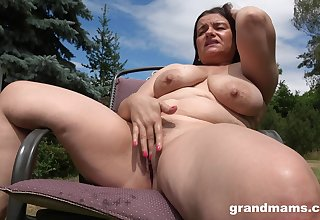 Horny milf masturbates in the garden guesstimate about abiding penis