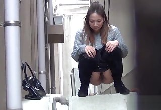 Asian babes piss anent alley